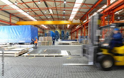 Zdjęcie XXL nowoczesna hala przemysłowa - magazynowanie stali z transportem