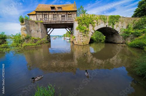 Valokuvatapetti Vernon, le vieux moulin sur la Seine, département de l'Eure, Normandie