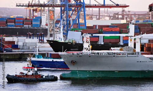 Cuadros en Lienzo Schiffsverkehr im Hamburger hafen