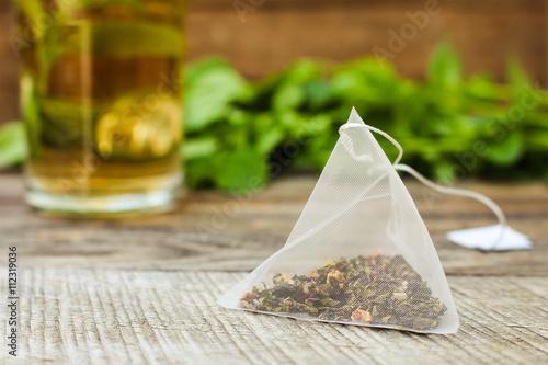 Plakat Torebkę na tle mięty i filiżankę herbaty