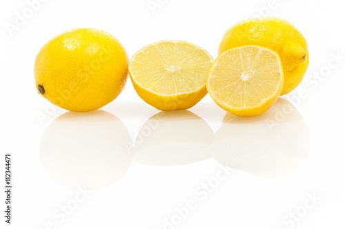 Aromatische Zitronen auf glänzendem weißem Hintergrund mit Spiegelung, ganze und Wallpaper Mural