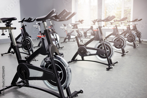 Photo Healthy lifestyle concept. Spinning class with empty bikes