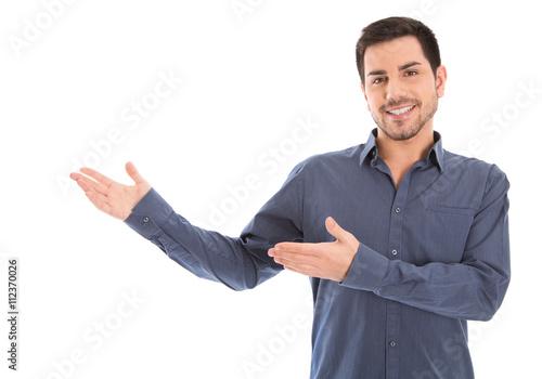 Photo  Lachender Mann isoliert mit den Händen seitlich zur Präsentation in blauem Hemd