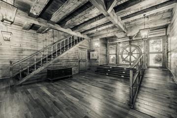 Wnętrze starego statku pirackiego. Obraz czarno-biały