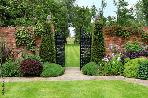 Fotografía Gates through a walled English Landscaped Garden