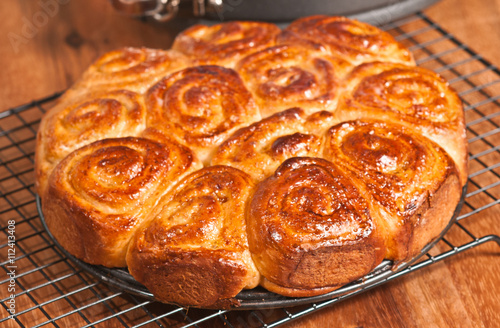 Papiers peints Steakhouse Baked sweet rolls cooling on a wire grid