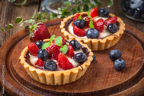 Papel de parede Fresh homemade fruit tart with strawberries and blueberries.