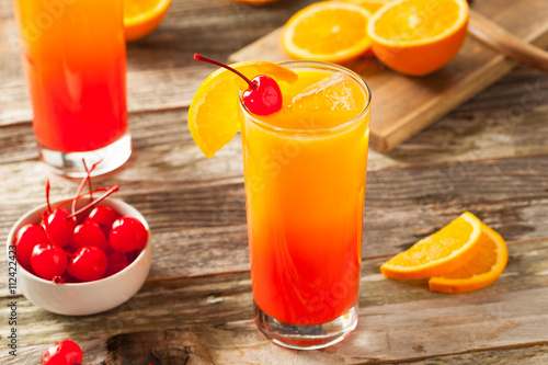 Poster Ochtendgloren Juicy Orange and Red Tequila Sunrise