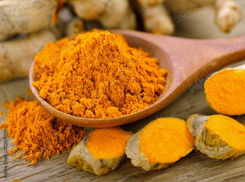 Cadres-photo bureau Condiment Turmeric and turmeric powder on wooden background