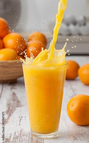 Foto op Canvas Sap Orange juice pouring splash