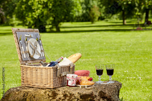 Stickers pour portes Pique-nique Wicker picnic hamper with wine and bread
