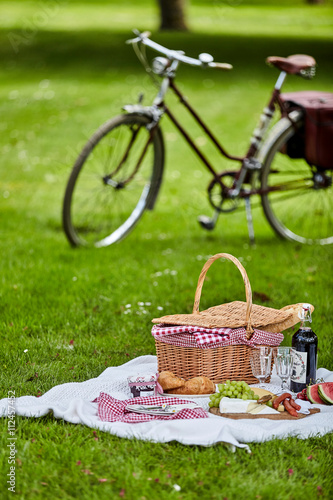 Foto op Aluminium Picknick Picnic hamper and food with a bicycle