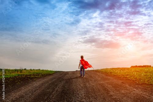 Fotografía  El pequeño niño de edad preescolar, juega el superhéroe al aire libre