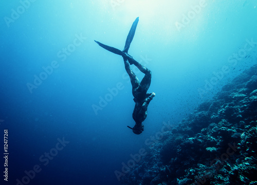 Spoed Fotobehang Duiken Freediver swim in the sea