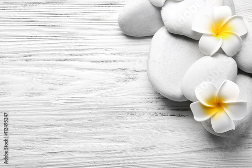 Photo sur Aluminium Frangipanni Beautiful spa composition on light wooden background