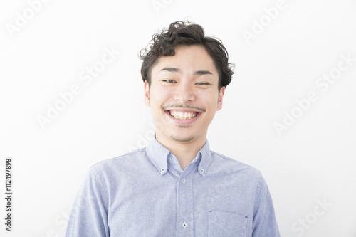 Fotografie, Obraz  男性 ポートレート 笑う 白い歯 室内 髭 パーマ オフィスカジュアル アップ カメラ目線