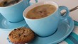 Tasse mit gekochtem Kaffee in die Milch und Zucker zugegeben wird