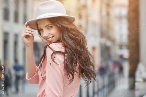 Photo  pretty trendy girl posing at the city in Europe,