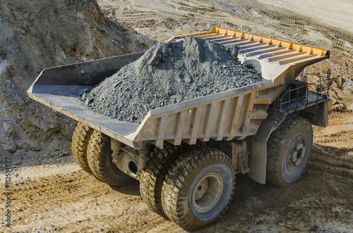 Plakat Ciężarówka w kopalni odkrywkowej