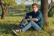 молодой человек отдыхающий на природе