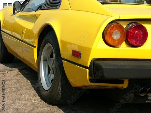 Runde Rückleuchten eines knallgelben italienischen Sportwagens der Siebzigerjahr Poster