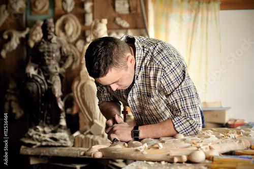 carver working in his workshop Fototapeta