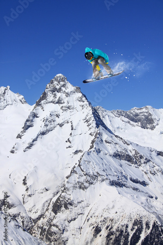 Fotografia Snowboard rider jumping on mountains