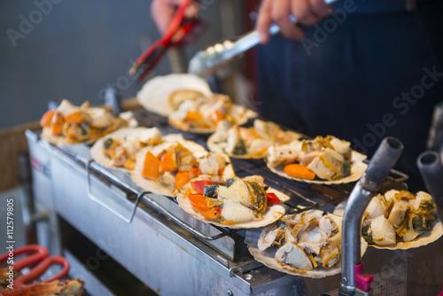 grill scallops on the stove in Tsukiji market, Japan Tapéta, Fotótapéta