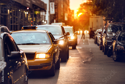 La pose en embrasure New York TAXI Car traffic on New York City street at sunset time