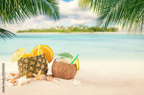 Photo  Sandy tropical beach with summer drinks