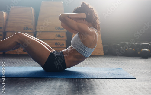 Fotomural  Fitness woman doing abs crunches