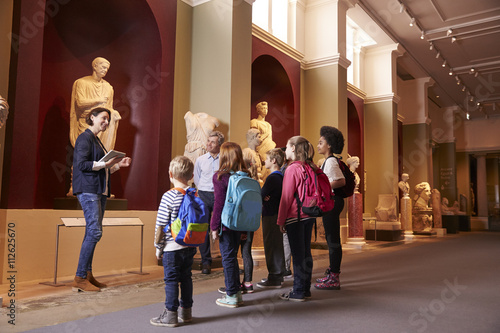 Pupils And Teacher On School Field Trip To Museum With Guide Tableau sur Toile
