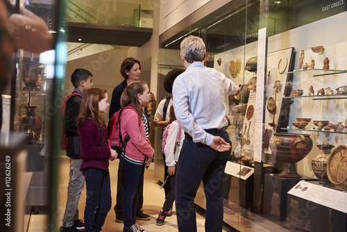 Students Looking At Artifacts In Case On Trip To Museum Fototapet