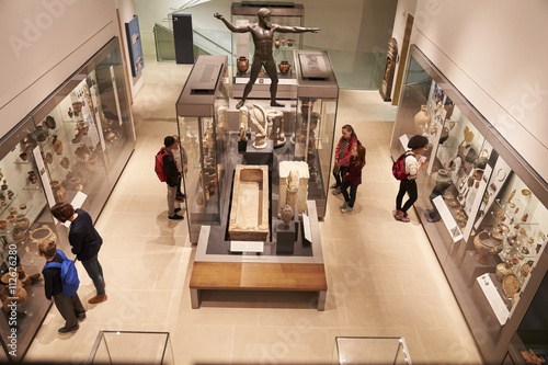 Papel de parede Overhead View Of Busy Museum Interior With Visitors
