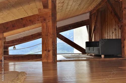 intérieur bois d\'un chalet sous pente de toit avec canapé – kaufen ...