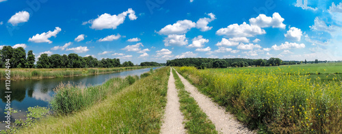 Fotografie, Obraz  Schöner Wanderweg an einem Fluss, Urlaub , Erholung, Panorama