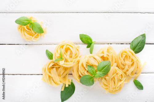 Raw pasta and basil Fototapet