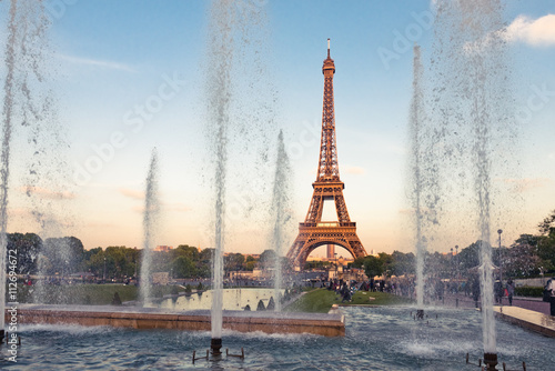 Papiers peints Paris Eiffel Tower (La Tour Eiffel) with fountains. Beautiful sunset l