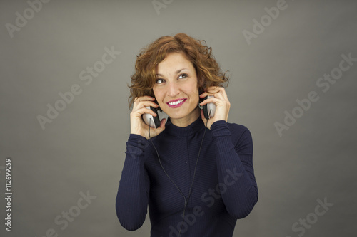 Fotografía  Medium shot portrait of curly hair young woman with headphones