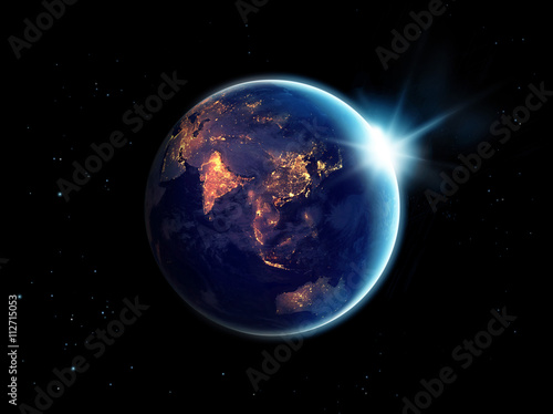 Plakat Światła miasta w nocy na planecie Ziemia z wschodzącego słońca