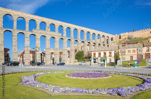 Foto SEGOVIA, SPAIN, APRIL - 14, 2016: Aqueduct of Segovia and Plaza del Artilleria