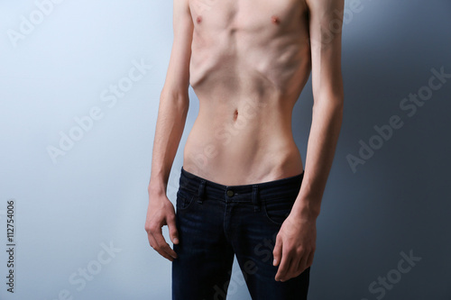 Photo Skinny young man with anorexia on grey background