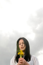 Junge Frau Mit Blumenstrauß,B...