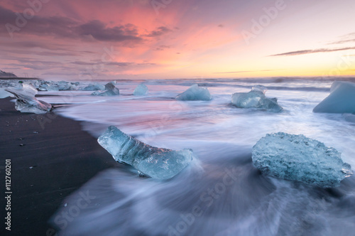 Photo sur Aluminium Antarctique Icebergs on the black sand volcanic beach, Vatnajokull Glacier, Iceland.