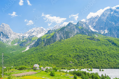 Fotografia  Small village with Albanian Alps on background In Valbona Valley