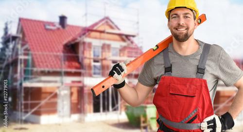 Photo Handwerker/ Bauarbeiter vor einem Neubau Einfamilienhaus