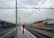 uomo cammina alla stazione dei treni