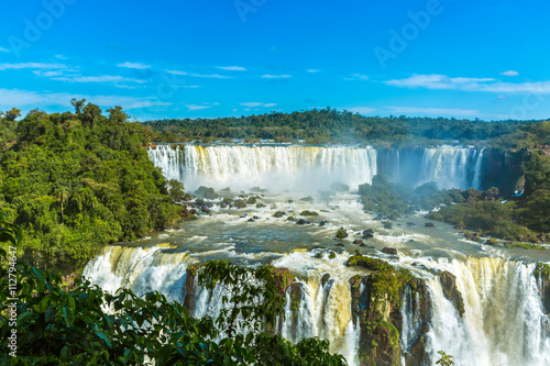 In de dag Toekan Iguassu Falls, the largest series of waterfalls of the world, located at the Brazilian and Argentinian border. View from Brazilian side.