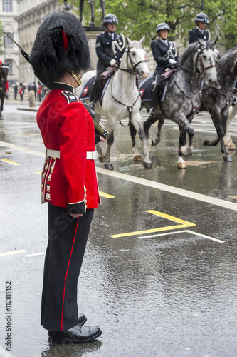 Photo Guard stands at attention as a horse-drawn procession carrying Queen Elizabeth I