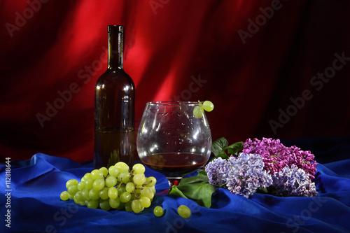 kwiaty-bzu-i-kiscie-winogron-w-towarzystwie-wytrawnego-wina